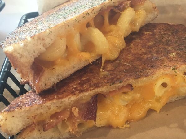 the-melt-mac-daddy-grilled-cheese