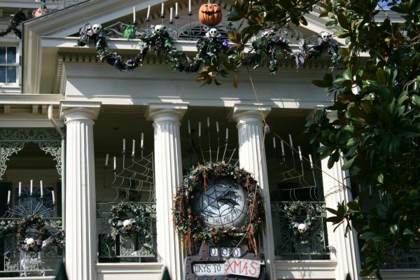 halloween-time-at-disneyland-resort-haunted-mansion-holiday-facade