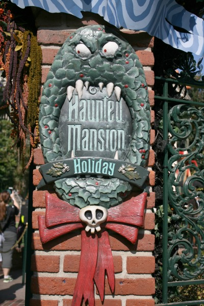 halloween-time-at-disneyland-resort-haunted-mansion-holiday-sign
