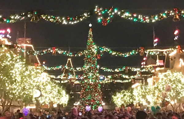 disneyland-holidays-mainstreet-at-night