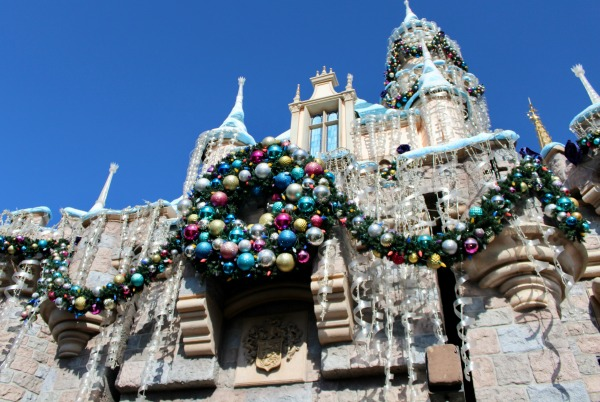 disneyland-holidays-sleeping-beauty-castle-adorned
