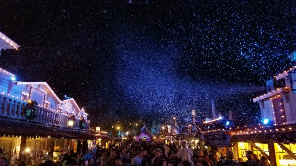 knotts-merry-farm-snow-and-glow